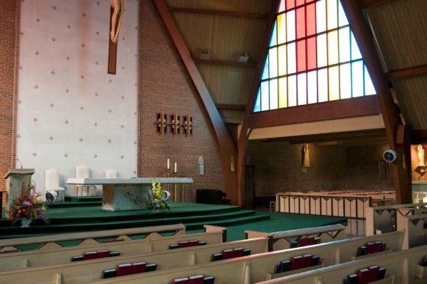 Vnitřní prostory Františkánského  kostelu st. Bonaverture v Torontu v Kanadě, kde se bude dnes 5. září 2008  konat poslední rozloučení s ikonou botařského průmyslu Tomášem Baťou Juniorem. Na snímku připravené modlitební knihy. MIKULÁŠ KŘEPELKA / MEDIAFAX