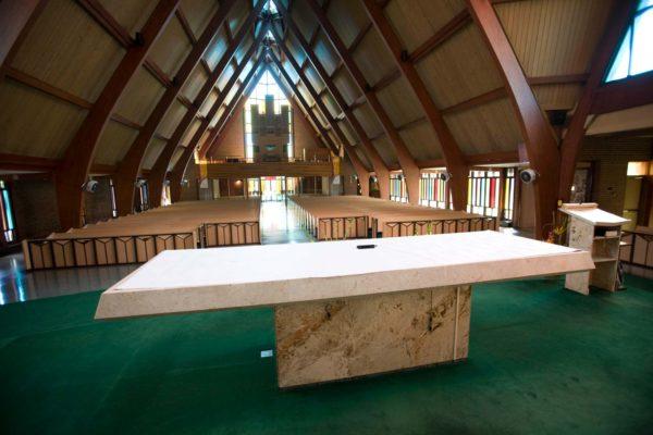 Vnitřní prostory Františkánského  kostelu st. Bonaverture v Torontu v Kanadě, kde se bude dnes 5. září 2008  konat poslední rozloučení s ikonou botařského průmyslu Tomášem Baťou Juniorem. MIKULÁŠ KŘEPELKA / MEDIAFAX