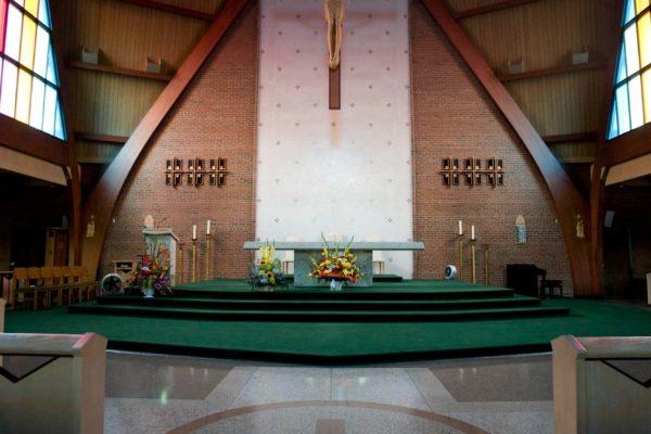 Vnitřní prostory Františkánského  kostelu st. Bonaverture v Torontu v Kanadě, kde se bude dnes 5. září 2008  konat poslední rozloučení s ikonou botařského průmyslu Tomášem Baťou Juniorem. Na snímku na podlaze znak řádu, který zde sídlí. MIKULÁŠ KŘEPELKA / MEDIAFAX