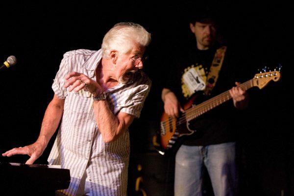 Americk˝ kytarista John Mayall 14. Ëervence 2008 na svÈm koncertu v Retro Jazz Hall v Praze na Vinohradech. MIKUL¡ä KÿEPELKA / MEDIAFAX