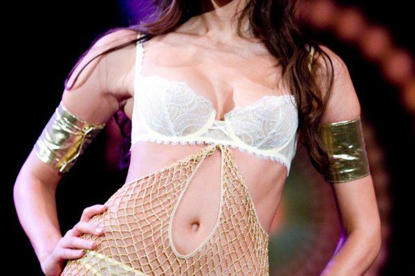 Modelka předvádí model 5. července 2008 na třetím ročníku přehlídky luxusního spodního prádla Top Secret v hotelu Hilton v Praze. MIKULÁŠ KŘEPELKA / MEDIAFAX