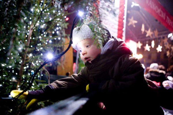 Pro děti, ale i pro dospělé, bylo slavnostní rozsvícení vánočního stromu 29. listopadu 2008 na Staroměstském náměstí v Praze obrovským zážitkem. MIKULÁŠ KŘEPELKA / MEDIAFAX