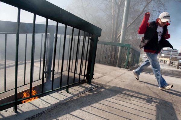 Ve Vrbenského ulici v pražských Holešovicích se 22. března 2010 vznítil nahromaděný odpad, který sem pravděpodobně nanesli bezdomovci. MIKULÁŠ KŘEPELKA / MEDIAFAX
