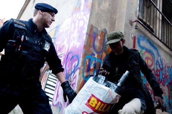 V pražské ulici Rošických museli 8. dubna 2010 zasahovat policisté a hasiči. V těsné blízkosti budovy Vyšší odborné školy grafické a Střední průmylsové školy grafické si bezdomovec opaloval měděné kabely od izolačních vrstev. MIKULÁŠ KŘEPELKA / MEDIAFAX