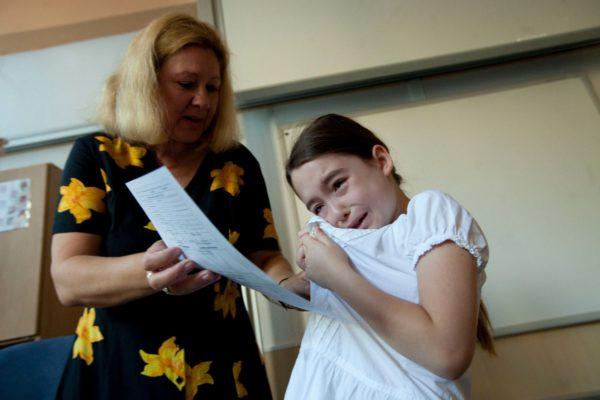 Žáci první třídy Základní školy Sázavská v Praze si 30. června 2011 převzali svá první závěrečná vysvědčení. MIKULÁŠ KŘEPELKA / MEDIAFAX