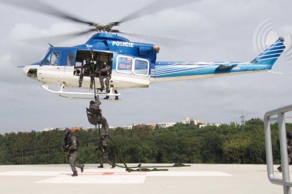 FakultnÌ nemocnice Motol v Praze ve spolupr·ci s protiteroristickou jednotkou URN P»R provedla 4. srpna 2011 n·cvik osvobozenÌ rukojmÌ. MIKUL¡ä KÿEPELKA / MEDIAFAX