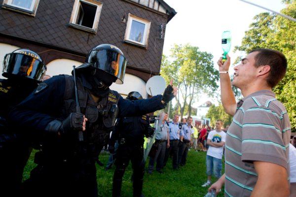 Bez vážnějších konfliktů či incidentů se v pátek 26. srpna 2011 obešlo zakázané shromáždění ve Varnsdorfu i pozdější akce v Rumburku (na snímku) proti narůstající kriminalitě. MIKULÁŠ KŘEPELKA / MEDIAFAX